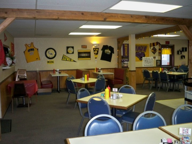 Here'z 2 U Main Dining Area